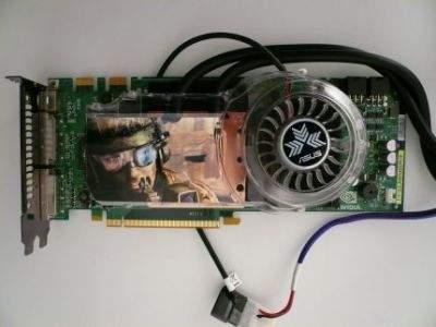 Na procesorze graficznym znajdziemy przeźroczystą osłonę skrywającą miedziany blok wodny i solidny radiator
