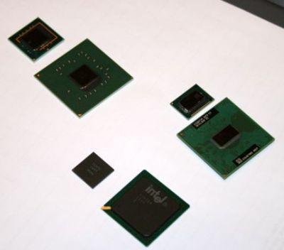 Porównanie standardowych chipsetów i procesora z nowymi zminiaturyzowanymi. Od prawej - procesor, mostek południowy i północny
