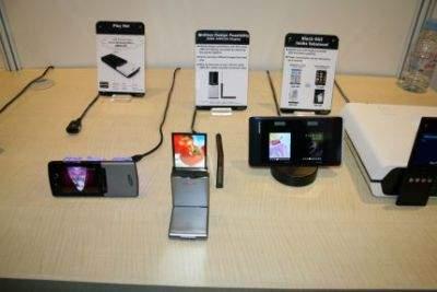 """AMOLED pozwala też na tworzenie podwójnych ekranów, """"sklejonych"""" ze sobą plecami. Na zdjęciu przykładowe produkty Samsunga"""