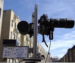 Nikon D2x z obiektywem Nikkor 300 mm oraz głowicą Peace River Studio PixOrb (źródło:www.harlem-13-gigapixels.com)