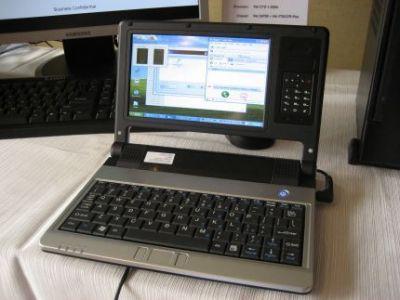 Oryginalny koncept VIA NanoBook obok ekranu ma miejsce na wymienne moduły elektroniczne