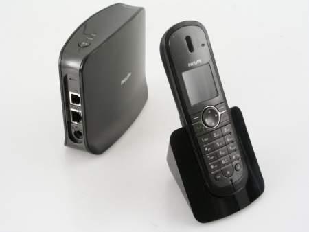 Nowoczesne wzornictwo i brak zbędnych kabli to główne atuty  telefonu Philips 841
