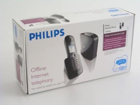 Pudełko jest dość spore, ponieważ kryje wiele adapterów do gniazdek telefonicznych i elektrycznych wykorzystywanych w różnych krajach