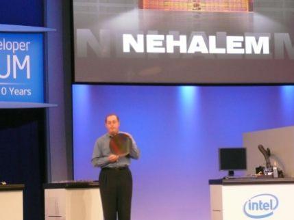 Wafel krzemowy z rdzeniami procesorów wykonanych w mikroarchitekturze Nehalem. Chwilę później procesor taki pokazano w działani
