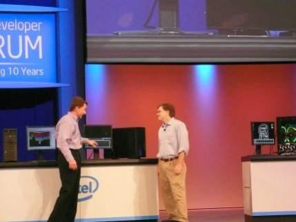 Pat Gelsinger wraz z szefem zespołu, który przygotował Nehalem prezentują procesor w działaniu