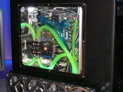 SkullTrail wyposażony w dwa 4-rdzeniowe Penryny i dwie karty graficzne, co ciekawe pracujące w trybie SLI :) Co na to NVIDIA?