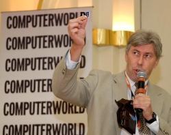 Paweł Kubacki, Key Account Manager z firmy AutoGuard SA pokazuje, jaki poziom miniaturyzacji mają wkrótce osiągnąć moduły GPS instalowane w różnego rodzaju urządzeniach mobilnych.