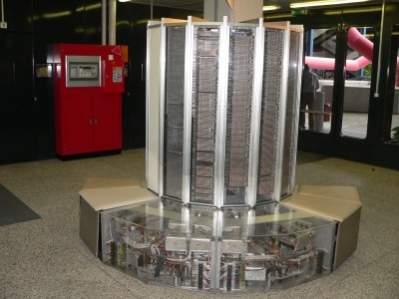 Charakterystyczny beczkowaty kształt superkomputera Cray 1 (źródło: Wikipedia, Cray)