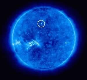 Zaobserwowana plama słoneczna stanowi pierwszy zwiastun rozpoczynającego się 24. cyklu słonecznego (źródło: Physorg, NASA)