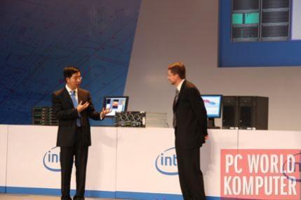 Prezentacja Tukwili w akcji (koomputer po lewej stronie). Dwie czarne obudowy z prawej strony skrywają 6-rdzeniowe Xeony 7300 bazujące na rdzeniu Penryn.