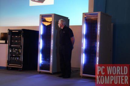Dwie szafy firmy Supermicro wypchane po brzegi serwerami blade bazujacymi na procesorach Intel Nehalem. 64 procesory Nehalem, W sumie 256 rdzeni, 512 wątków realizowanych jednocześnie.
