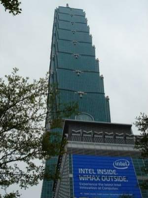 Część hal wystawowych Computeksu 2008 znajduje się tuż obok najwyższego wieżowca świata, Taipei 101
