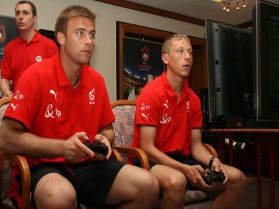 Prawdziwi piłkarze i wirtualny mecz