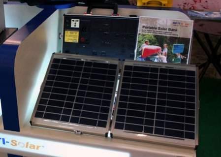 Walizka OPTI-Solar (w tle; na pierwszym planie wchodzące w jej skład panele słoneczne. Źródło: TG Daily)