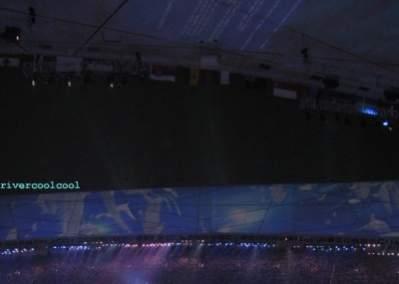 Słabo widoczny niebieski ekran błędu u szczytu zdjęcia zrobionego z innego kąta (źródło: rivercoolcool)